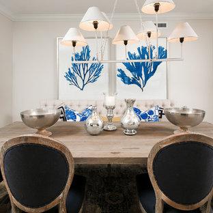 Idee per una sala da pranzo aperta verso il soggiorno stile marinaro di medie dimensioni con pareti beige e pavimento in travertino