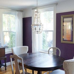 Cette photo montre une salle à manger éclectique fermée et de taille moyenne avec un mur violet et un sol en bois clair.