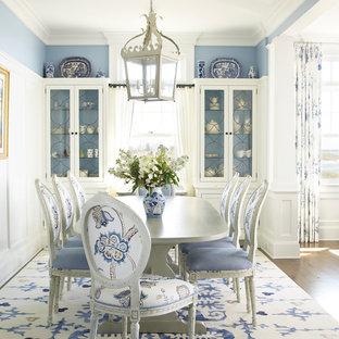 Inspiration för en maritim matplats, med blå väggar och mörkt trägolv