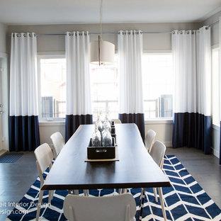 Foto di una grande sala da pranzo moderna con pavimento in legno massello medio e nessun camino