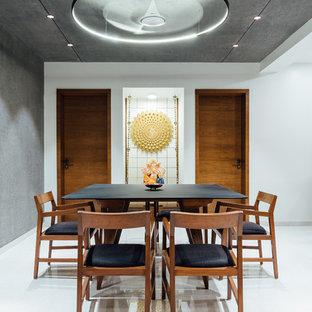 Réalisation d'une salle à manger asiatique avec un mur blanc et un sol blanc.