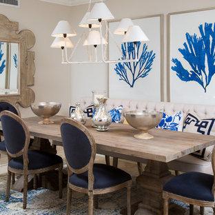 Aménagement d'une salle à manger bord de mer de taille moyenne avec un mur beige et un sol en travertin.