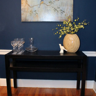 Foto de comedor tradicional renovado, pequeño, cerrado, sin chimenea, con paredes azules y suelo de madera clara