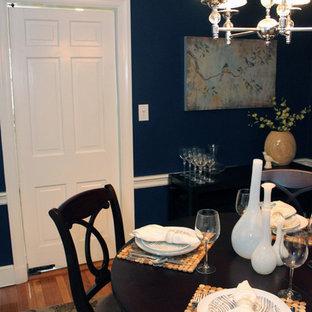 Inredning av en klassisk liten separat matplats, med blå väggar och ljust trägolv