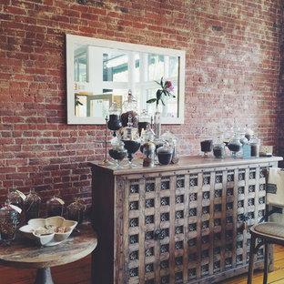 Exempel på en eklektisk matplats, med bruna väggar och mellanmörkt trägolv