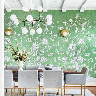 Geschlossenes, Großes Klassisches Esszimmer mit grüner Wandfarbe, braunem Holzboden, grünem Boden, freigelegten Dachbalken und Tapetenwänden in San Francisco
