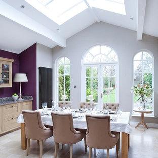 Exemple d'une salle à manger chic avec un mur violet, un sol en calcaire et un sol beige.