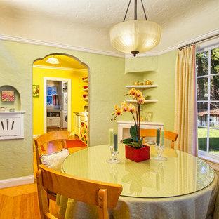 Idee per una sala da pranzo chic con pareti verdi e pavimento in legno massello medio