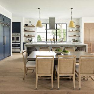 Ejemplo de comedor clásico renovado, extra grande, abierto, con suelo de madera clara, paredes blancas y suelo beige