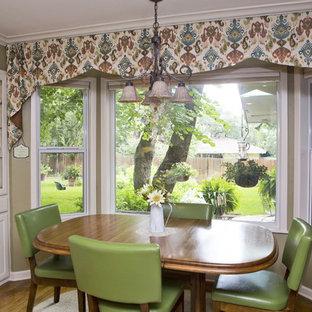 Imagen de comedor de cocina campestre, de tamaño medio, con paredes beige y suelo de madera en tonos medios