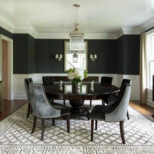 Esempio di una grande sala da pranzo tradizionale chiusa con pareti nere, pavimento in legno massello medio e nessun camino