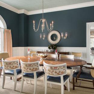 Idee per una sala da pranzo tradizionale chiusa con pareti blu, parquet scuro e pavimento marrone