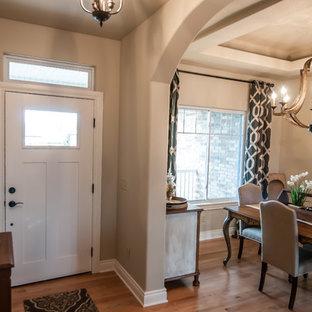 Diseño de comedor de cocina romántico, de tamaño medio, con paredes beige, suelo de madera clara y suelo multicolor