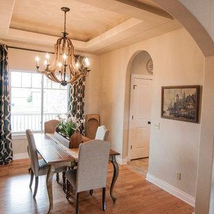 Imagen de comedor de cocina romántico, de tamaño medio, con paredes beige, suelo de madera clara y suelo multicolor