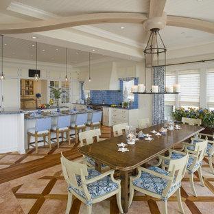 Esempio di una grande sala da pranzo aperta verso il soggiorno classica con pavimento con piastrelle in ceramica, pavimento marrone, pareti beige e nessun camino