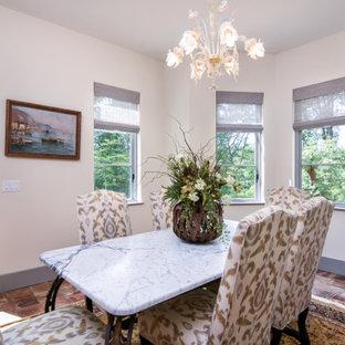 Свежая идея для дизайна: маленькая гостиная-столовая в средиземноморском стиле с белыми стенами, полом из терракотовой плитки и зеленым полом без камина - отличное фото интерьера