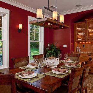 Cette photo montre une salle à manger chic avec un mur rouge.