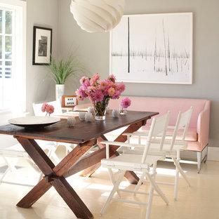Cette photo montre une salle à manger tendance avec un mur gris, un sol en bois peint et un sol blanc.