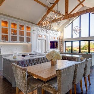 Ispirazione per un'ampia sala da pranzo aperta verso la cucina country con pavimento in vinile e pavimento marrone