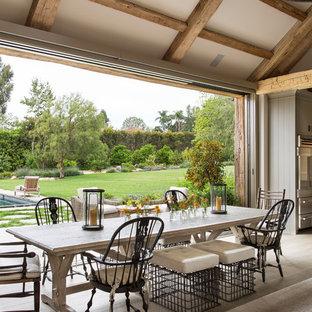 Idéer för att renovera en lantlig matplats med öppen planlösning, med beige väggar och ljust trägolv