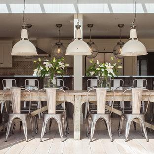 Cette photo montre une salle à manger ouverte sur la cuisine romantique.