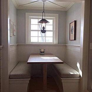 Diseño de comedor campestre, pequeño, cerrado, sin chimenea, con paredes azules y suelo de madera clara