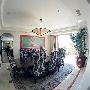 Imagen de comedor mediterráneo, grande, cerrado, con paredes blancas y suelo de mármol