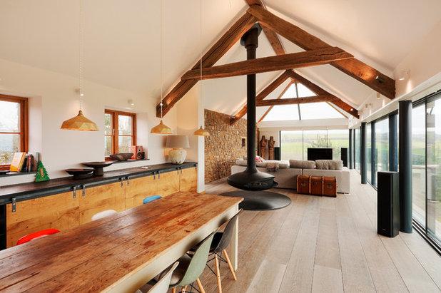 eklektisch eingerichtetes Wohnzimmer in Beig mit mehreren Akzenten und Details