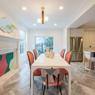 ニューオリンズの中くらいのエクレクティックスタイルのおしゃれなダイニングキッチン (白い壁、大理石の床、暖炉なし、グレーの床) の写真