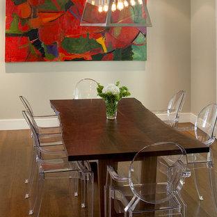 Aménagement d'une salle à manger contemporaine avec un mur beige et un sol en bois foncé.