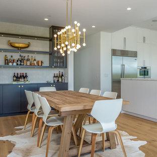 Ejemplo de comedor actual, grande, cerrado, con paredes blancas, suelo de madera en tonos medios y suelo marrón