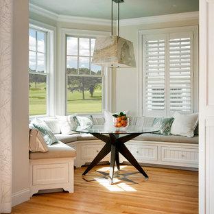 Ispirazione per una piccola sala da pranzo stile marino chiusa con pareti beige, parquet chiaro, nessun camino e pavimento beige