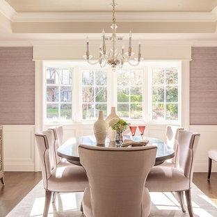 Ejemplo de comedor clásico, de tamaño medio, cerrado, sin chimenea, con paredes púrpuras y suelo de madera en tonos medios