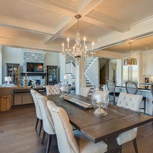Esempio di una sala da pranzo aperta verso il soggiorno chic di medie dimensioni con pareti beige e parquet scuro