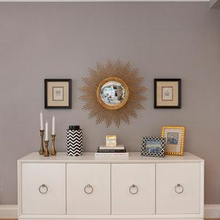 Esempio di una piccola sala da pranzo aperta verso la cucina tradizionale con pareti grigie, parquet chiaro e nessun camino