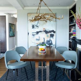 Ispirazione per una sala da pranzo chic con pareti bianche, pavimento in legno massello medio e pavimento marrone