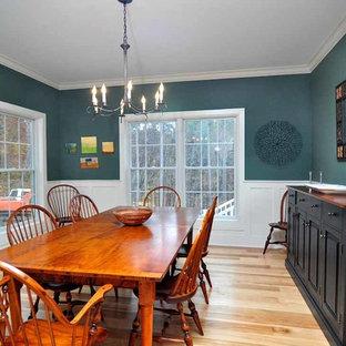 Идея дизайна: отдельная столовая среднего размера в стиле кантри с зелеными стенами, светлым паркетным полом и коричневым полом без камина