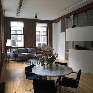 Ispirazione per un'ampia sala da pranzo aperta verso il soggiorno contemporanea con parquet chiaro