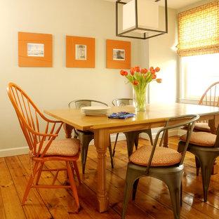 Diseño de comedor clásico renovado, pequeño, con paredes grises y suelo de madera en tonos medios