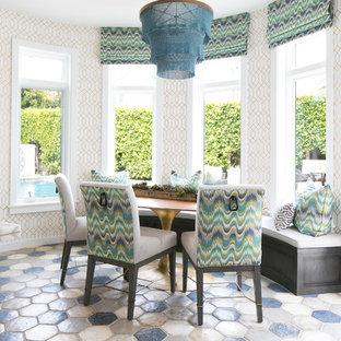 Idee per una sala da pranzo aperta verso la cucina chic con pavimento in terracotta, pareti multicolore e pavimento multicolore