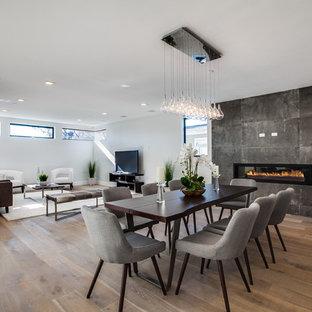 Offenes Modernes Esszimmer mit beiger Wandfarbe, hellem Holzboden, Gaskamin und Kaminsims aus Metall in Orange County