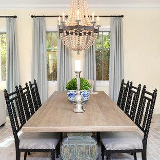 Idee per una sala da pranzo aperta verso il soggiorno stile marinaro con pareti gialle e pavimento in mattoni