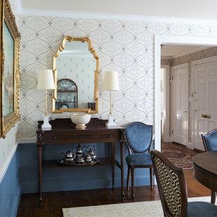 Immagine di una sala da pranzo chic di medie dimensioni con pareti multicolore, pavimento in legno massello medio, nessun camino e pavimento giallo