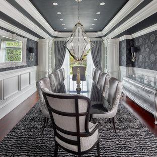 Foto di una sala da pranzo tradizionale chiusa con pareti grigie, parquet scuro, pavimento marrone, soffitto ribassato, boiserie e carta da parati