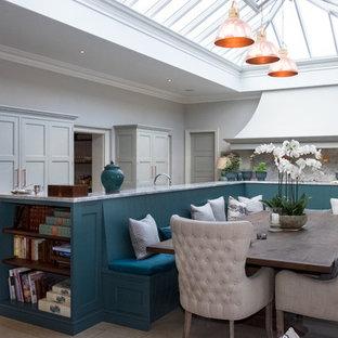 バークシャーの大きいトランジショナルスタイルのおしゃれなLDK (ライムストーンの床、ベージュの床、グレーの壁、暖炉なし) の写真