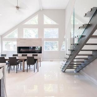 Ejemplo de comedor de cocina contemporáneo, extra grande, con paredes blancas, suelo de mármol, chimenea lineal y marco de chimenea de baldosas y/o azulejos