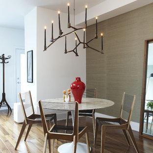 Imagen de comedor contemporáneo, pequeño, abierto, sin chimenea, con suelo de madera en tonos medios, paredes marrones y suelo marrón