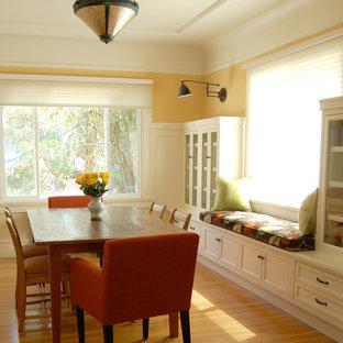 Idee per una sala da pranzo tradizionale di medie dimensioni con pareti gialle, pavimento in legno massello medio e pavimento beige