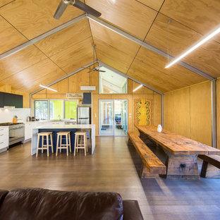 Foto de comedor de cocina industrial, de tamaño medio, con paredes marrones y suelo de madera en tonos medios