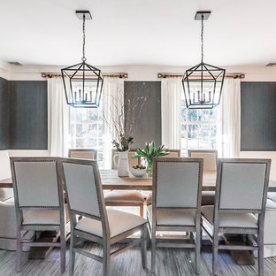 Immagine di una grande sala da pranzo classica chiusa con pavimento in legno massello medio, pareti grigie, nessun camino e pavimento marrone